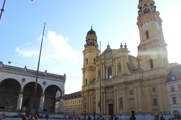 Theatiner Kirche und Festsaalhalle am Odeonsplatz